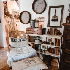Shabby Vintage, Vintage Decor, Rustic Decor, Farmhouse Decor, Farmhouse Style, Vintage Style, Living Room Remodel, Living Room Decor, Bookshelf Styling