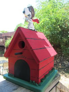 Snoopy and the Red Baron Birdhouse or Bank by BlackCrowPrimsPA Decorative Bird Houses, Bird Houses Painted, Bird Houses Diy, Dog Houses, Diy Wood Projects, Wood Crafts, Cool Mailboxes, Painted Mailboxes, Snoopy Dog House