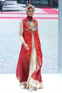 "Malik Moestaram ""Frammenti di Romance"", Indonesia Islamic Fashion Fair 2013 Kebaya Dress, Dress Pesta, Abaya Fashion, Modest Fashion, Fashion Dresses, Islamic Fashion, Ethnic Fashion, Womens Fashion, Simple Long Dress"