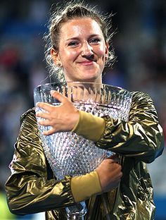 2012 Victoria Azarenka abraça com carinho o troféu do WTA de Sydney