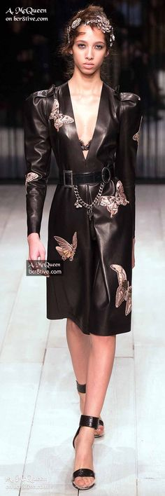 The complete Alexander McQueen Fall 2016 Ready-to-Wear fashion show now on Vogue… Couture Fashion, Runway Fashion, High Fashion, Fashion Show, Womens Fashion, Fashion Design, Winter Fashion 2016, 2016 Fashion Trends, Autumn Fashion