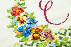Aprenda a fazer o bordado com fitas, um artesanato bonito e muito valorizado para você fazer peças que nunca imaginou!