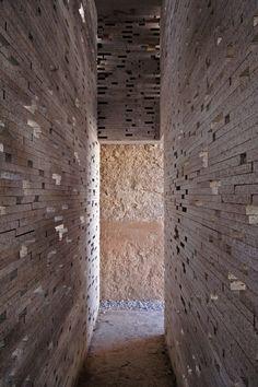 Moorish Wall in Alto Albaicín / Antonio Jiménez Torrecillas (Arch Daily) Shadow Architecture, Space Architecture, Architecture Details, Corridor Design, Boundary Walls, Design Theory, Brick Design, Natural Scenery, Brick And Stone