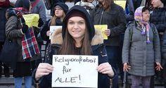 Aktivis Austria gelar aksi unjuk rasa menentang pelarangan hijab  WINA (Arrahmah.com) - Sekelompok aktivis muda berkumpul di Wina pada Senin (16/1/2017) untuk memprotes peraturan baru yang melarang pegawai negeri termasuk guru dari mengenakan hijab.  Di luar Universitas Wina para pengunjuk rasa meneriakkan slogan-slogan menentang langkah tersebut dan menyerukan kesetaraan dan kebebasan beragama bagi semua lansir Daily Sabah.  Larangan mengenakan penutup kepala (kerudung) bagi pegawai negeri…