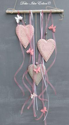 Fensterdeko  ♥ ... drei Metallherzen in rosé und grau ... ♥ ♥ ... dazu Bänder und kleine Schmetterlinge ... ♥ ♥ ... Unikat - geliefert wird abgebildeter Artikel  ... ♥  **Breite: 28cm, Herz:...