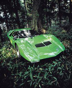1970年 RX-500  ロータリーエンジン(RE)を搭載したコンセプトカー。マツダの創業50 周年を記念して命名され、1970 年の東京モーターショーに出品した。ドアを上方に回転させて乗降するバタフライウイングや緑、黄、赤色の3 種類のテールランプなど斬新なコンセプトが話題を呼んだ。