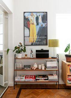 Home Interior Living Room Organized shelves green plants and vintage prints.Home Interior Living Room Organized shelves green plants and vintage prints. Retro Home Decor, Modern Decor, Modern Boho, Eclectic Decor, Vintage Apartment Decor, Retro Apartment, One Room Apartment, Apartment Plants, Apartment Goals