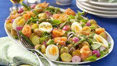 Kallrökt lax är gott i en sallad ihop med färskpotatis, lättkokta grönsaker och senapsdressing. Sommargott för lata dagar!