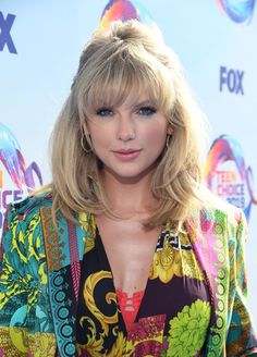 Taylor Swift attends FOX's Teen Choice Awards 2019 in Hermosa Beach. The singer rocked a Versace bodysuit, shorts and blazer . Taylor Swift Hot, All About Taylor Swift, Long Live Taylor Swift, Taylor Swift Style, Taylor Swift Pictures, Taylor Swift Bangs, Red Taylor, Teen Choice Awards, Swift Fox