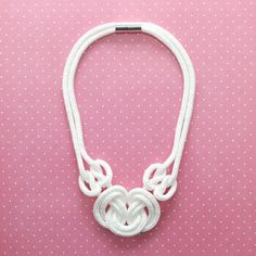 El collar de nudo rosa