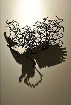 ワイヤーの影でビジュアルを表現したアート