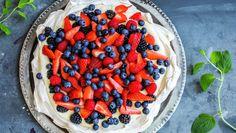 Pavlova med eggekrem | Oppskrift - MatPrat Anna Pavlova, Fruit Salad, Cake Recipes, Strawberry, Sweet, Desserts, Food, Caramel, Fruit Salads