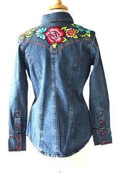 camicia in jeans e decorazioni floreali