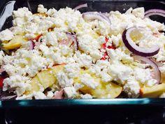 Korv, äpple, röd lök, riven ost och feta ost/ Sausage, apple, red onion, shredded cheese and feta cheese