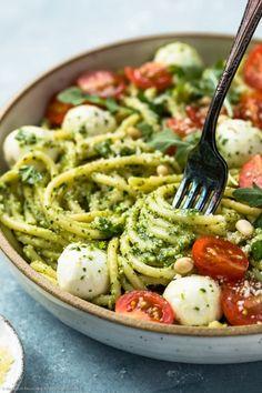 This Arugula Pesto Pasta is a light vegetarian dish that is easy to make! Rich arugula pesto coated pasta with mozzarella pearls, tomatoes and sweet basil. Bucatini Recipes, Bucatini Pasta, Pesto Pasta Recipes, Arugula Pesto Recipe, Light Pasta, Mozzarella Pasta, Veggie Noodles, Entrees, Food Processor Recipes