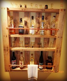 Pallet Bar, you will see this in the basement! Pallet Bar, you will see this in the basement! Bar Pallet, Palet Bar, Pallet Wine, Outdoor Pallet, Garden Pallet, Man Cave Pallet Ideas, Pallet Benches, Outdoor Lounge, Pallet Crafts