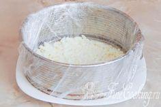 Шаг 8. Первым слоем укладываем яичные белки,при этом каждый слой промазываем небольшим количеством майонеза