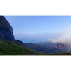 September har vært en bra måned når det kommer til været i Nord Norge. Bildet er tatt i slutten av september, hele 18 grader frem til #havtåka kom sigende  #bugøynes #sankarhaugen #fiskegjeller #tåke #nature #fog #tåkehav #naust #hometown #høst #kildentiletrikereliv #utno @northernnorway @natgeo @visitnorway @bladetnordlys