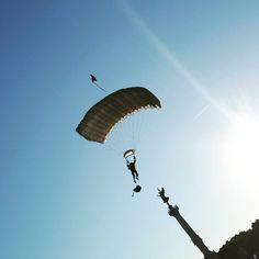 Un #parachutiste à la rencontre de la colonne des #girondins #défilé #militaire #14juillet #bordeaux #quinconces