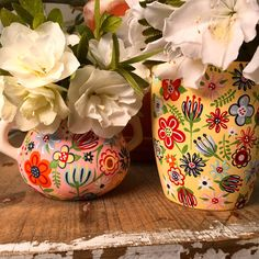 Create the perfect complement to your floral bouquets with our guide on how to make this DIY floral vase! Sister Crafts, Mothers Day Crafts, Diy Mother's Day Vases, Painted Vases, Hand Painted, Diy Craft Projects, Diy Crafts, Mother's Day Diy, Bottle Art