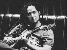 """No sábado, 21, às 21h, e no domingo, 22, às 19h, o músico Théo apresenta seu primeiro trabalho solo como compositor e cantor, e lança o EP """"Théo – Dias de paz""""."""