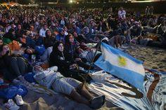 Un grupo de peregrinos oriundos de Argentina sentados en la playa de Copacabana, durante la realización del Vía Crucis en Río de Janeiro, ante la presencia del Papa Francisco. (AFP)