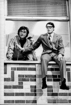 Christopher Reeve, el protagonista, recibiendo instrucciones del director Richard Donner, a punto de  saltar desde una ventana de estudio. En el rodaje de Superman (1977)