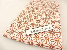 Coupon tissu japonais cuivré-or-rose et écru imprimé motif traditionnel géométriques étoiles 50/50 cm
