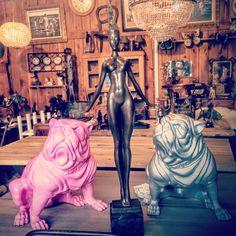 Statue en bronze d'une Femme nue au vent – Socle en Marbre Pour une jolie décoration d'intérieur, rien de tel que le mariage des matières. Le bronze, matériau élégant par excellence, s'harmonie à merveille avec le bois, le verre et le béton. Alors, osez ! Combinez les matières et faites de votre intérieur un espace à votre image. Statue En Bronze, Vintage Decor, Marble, Scandinavian, Outer Space
