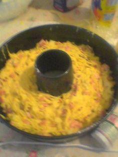 ciambella rustica!! -4 uova 400 g farina  Poco + di 1/2 bicchiere d'olio (io uso solo EVO,quindi non so com'è con quello di semi!) 25 g lievito di birra sciolto in poco latte sale e pepe  1 pugnetto di parmigiano  250 g provola affumicata (o provolone o emmenthal) 150 g mortadella in una fetta 150 g prosciutto cotto in una fetta  (potete sostituire i salumi con quelli che vi piacciono di più, io x esempio lo faccio anche solamente con salame piccante...ottimo!!!)  ESECUZIONE: mettere