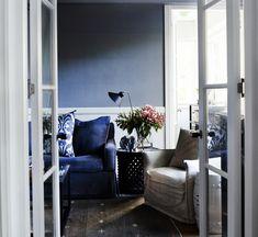 Blumen sind ein frisches Akzent in der Einrichtung in blauen Tönen