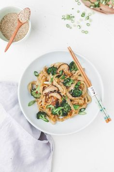 Diese gebratene Udon Nudeln mit Gemüse und Sesam sind so unglaublich lecker und… These fried Udon noodles with vegetables and sesame are so incredibly tasty and fast that I like to call them the perfect Japanese recipe for a quick vegan dinner. Entree Recipes, Asian Recipes, Vegetarian Recipes, Dinner Recipes, Ethnic Recipes, Quick Recipes, Udon Stir Fry, Fried Udon, Japanese Dinner