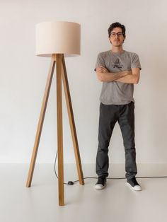 Diy Floor Lamp, Wooden Floor Lamps, Wood Lamps, Lamp Design, Wood Design, Lighting Design, Tripod Lamp, Diy Wood Projects, Diy Wall Art