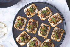 Jednohubky s čočkovým kaviárem Vegetable Pizza, Vegetables, Food, Meal, Essen, Vegetable Recipes, Hoods, Meals, Vegetarian Pizza