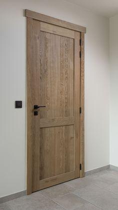 Eikenhouten binnendeur in een landelijk interieur. Afgewerkt met moderne, zwarte klink en scharnieren. #deur #eik #landelijk