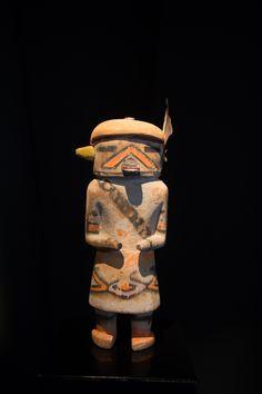Katsina Kau-a (Quoi-a), figuration des Navajos  Bois sculpté (cottonwood) et pigments naturels Circa 1920  Hauteur : 23 cm