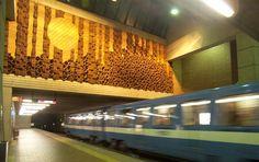 Station Université-de-Montréal (ligne 5 bleue) - Pour plus d'informations : http://www.metrodemontreal.com/blue/udemontreal/index-f.html