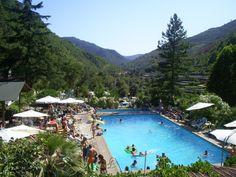Benvenuti bij Camping Delle Rose - Isolabona - Liguria - Noord West Italie dichtbij Ventimiglia San Remo en Monaco Monte Carlo. Fijne camping te midden van middeleeuwse bergdorpjes. Omgeving niet verknoeid door horden toeristen, zelfs niet in het hoogseizoen. Het zwembad op de camping bleek helaas niet geschikt voor onze kleinste kindjes van 1 en 3, en daarom zijn we na 5 dagen elders ons kamp gaan opzetten.