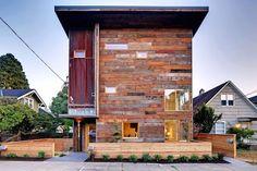 Een nulwoning in Seattle dat een gevelkleding heeft van hergebruikt hout. De woning is van alle techniek voorzien om het energiegebruik te reduceren en het overige gebruik zelf op te wekken.