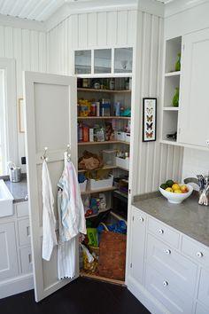 Modern Farmhouse Kitchen Decor Layout Ideas For 2019 Modern Kitchen Cabinets, Modern Farmhouse Kitchens, Farmhouse Kitchen Decor, Kitchen Layout, Home Decor Kitchen, Kitchen Interior, Cool Kitchens, Kitchen Ideas, Rustic Kitchen Island