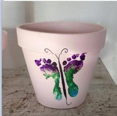 Cute flower pot idea. I am going to try this with my baby this year :)