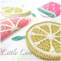 いいね!418件、コメント8件 ― 千葉 あやかさん(@a.littlelion)のInstagramアカウント: 「🍊フルーツポーチ🍉 どれにキャンディいれよっかなぁ🍬🍬🍬 * *…」 Crochet Clutch Bags, Crochet Wallet, Crochet Coin Purse, Crochet Pouch, Crochet Purses, Crochet Gifts, Kawaii Crochet, Cute Crochet, Knit Crochet