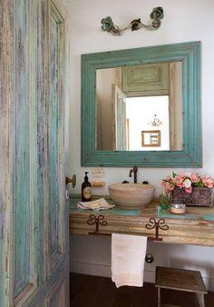 Marcos recuperados, flores y pinturas desgastadas generan el equilibrio justo para este baño rustico Interior Design, Mirror, Bathroom, Furniture, Home Decor, Villas, Farmhouse, Cottage, Rooms