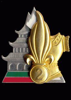 Insigne du 2e REG Description de l'insigne:La grenade à 7 flammes symbolise la Légion étrangère, la pagode rappelle la filiation aux unités du génie légion d'Indochine, le vert et le rouge sont les couleurs de la Légion, la forme représente la montagne et la cuirasse symbolise le génie d'assaut. Le chiffre