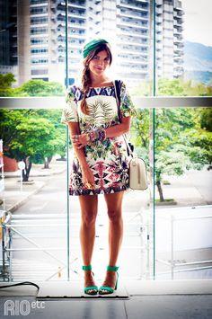 RIOetc | Lições de moda | Turbante e sandália azul combinado com vestido estampado, acessórios e trança espinha de peixe.
