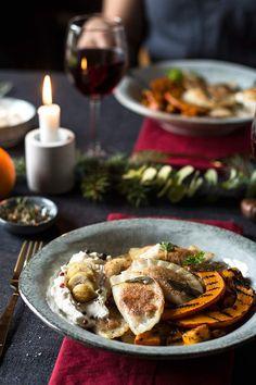 Heute folgt die Hauptspeise meines glutenfreien und veganen Weihnachtsmenüs 2017! Ich serviere euch köstliche glutenfreie und vegane Ravioli mit Kürbis-Füllung. Lecker, einfach und absolut allergiefreundlich!    Über das heutige Rezept freue ich mich wiedermal riesig! Ich war ja schon von der Vor