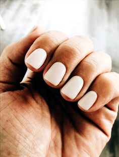 False nails have the advantage of offering a manicure worthy of the most advanced backstage and to hold longer than a simple nail polish. The problem is how to remove them without damaging your nails. White Nails, Pink Nails, Nude Nails, Acrylic Nails, Blush Nails, Glitter Nails, Coffin Nails, White Nail Polish, Oval Nails