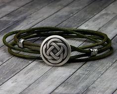 Bracelet noeud celtique en cuir Bracelet - Bracelet en cuir Wrap - cuir Unisexe Bracelet - Bracelet pour homme en cuir - en cuir Notre Bracelet celtique noeud en cuir est un bracelet fait main en cuir qui est aussi un bracelet unisexe en cuir et un cadeau unique pour tout le monde. Nous avons ajouté ce noeud celtique de 20 mm à 2 mm dépaisseur en cuir vert, puis double il sur et ajouté des accents avec vernis martelé pour créer un look tout simplement élégant. Ce bracelet en cuir Wrap…