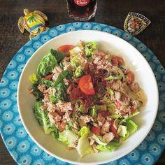 En güzel mutfak paylaşımları için kanalımıza abone olunuz. http://www.kadinika.com Lunch is tuna fish salad with low fat yogurt-balsamico-garlic dressing  otçul hayatıma geri döndüm  koca bi tabak ton balıklı marul salatası üzerine de balzamik sirke-yoğurt-sarımsak karıştırdığım sosum...  Max annesini ziyarete gitti kıyamam dün 36 saat yoldaydı bugün de 9.5 saat tren yolculuğu  bizim perşembe günkü izmir seyahati belirsizlikte ayrıca. Annesi iyi olsun da önemli değil başka zaman gideriz. Hem…