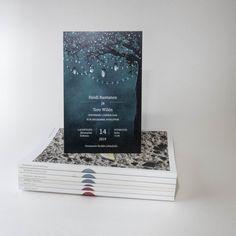 Hääkutsut joissa materiaalina mattapintainen Munken Pure Rough kartonki, johon painoimme kauniin värimaailman #painopirttioy #hääkutsu #weddinginvitation #häät #kutsukortti #syyshäät #wedding